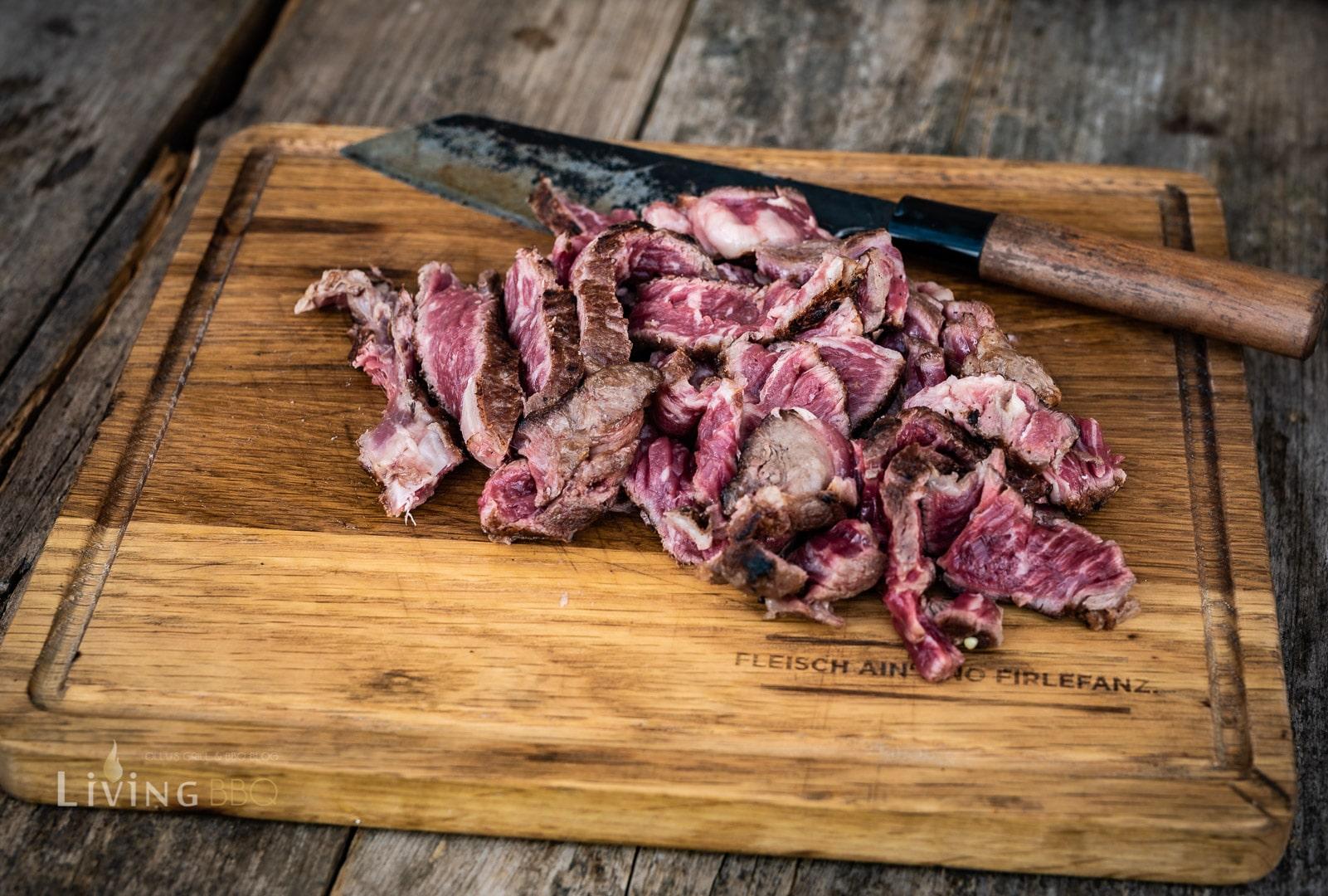 Steak in dünne Tranchen aufschneiden