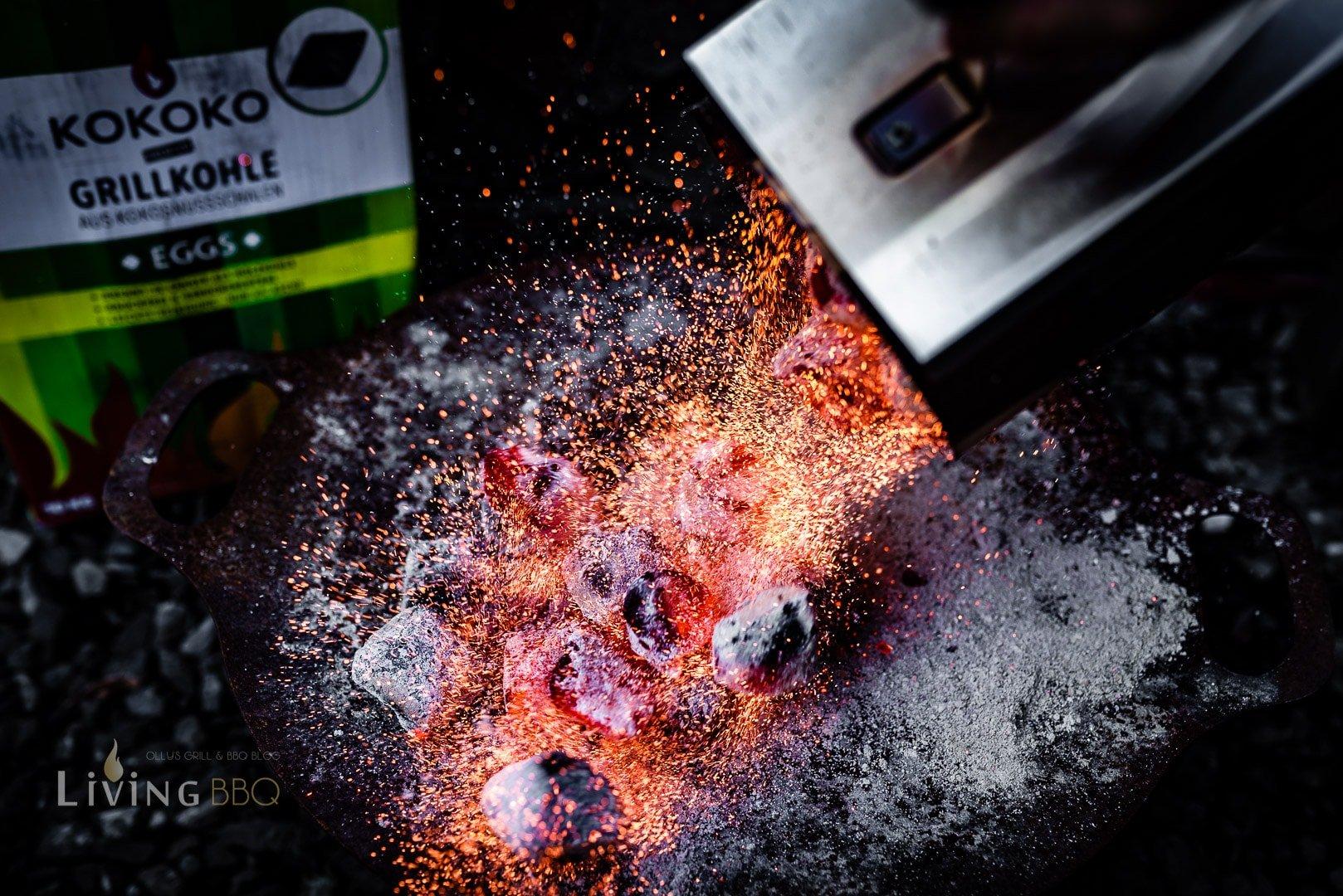 Grillkohle auf der Feuerschale vorbereiten