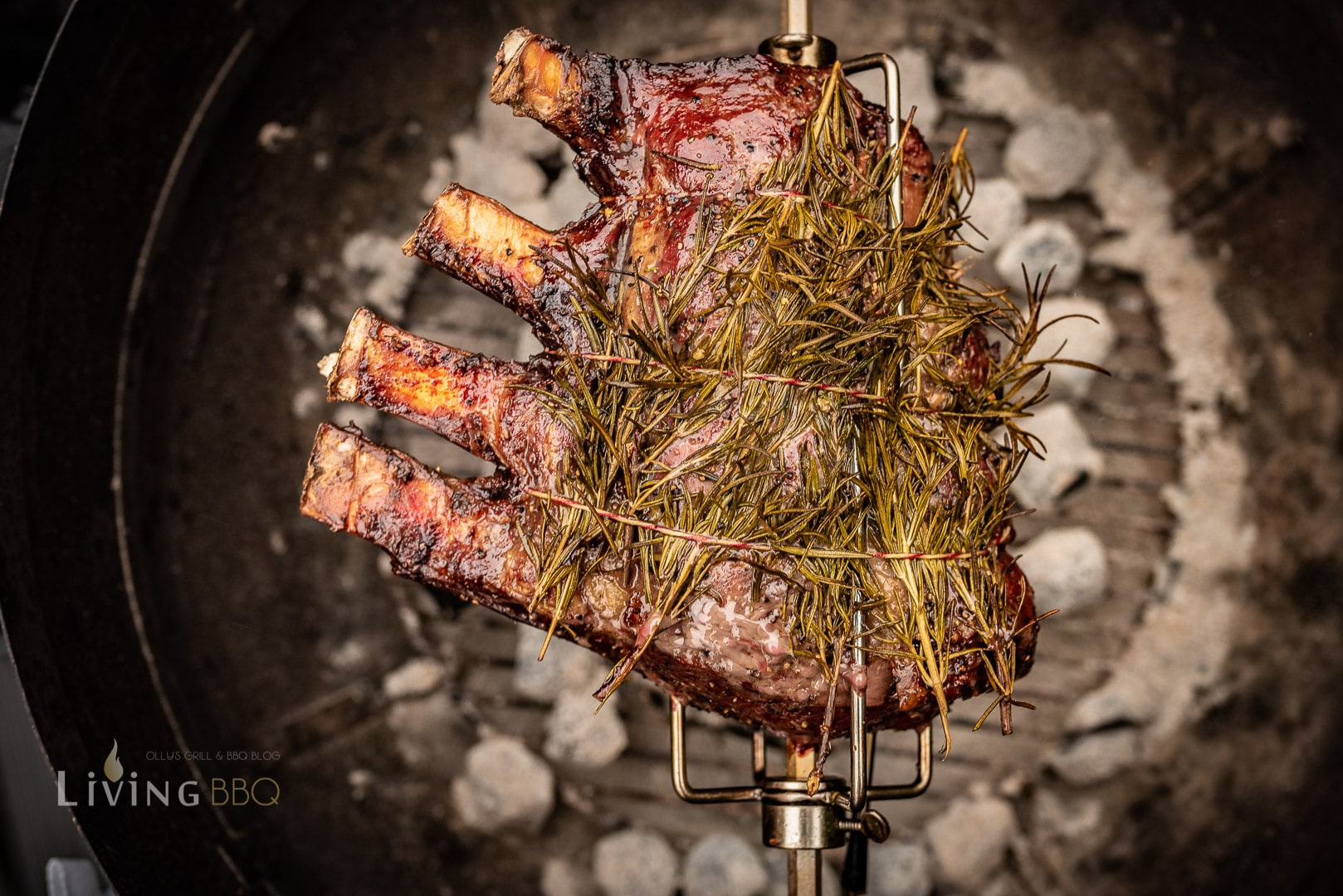 Das Fleisch rotiert über indirekter Hitze