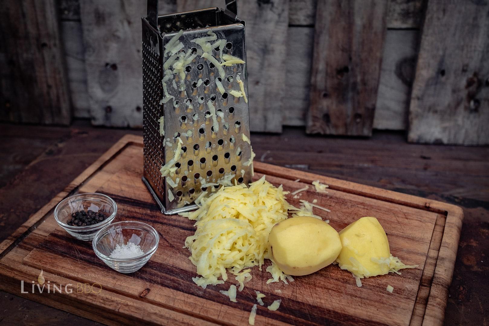 Kartoffeln für Kartoffelpuffer reiben
