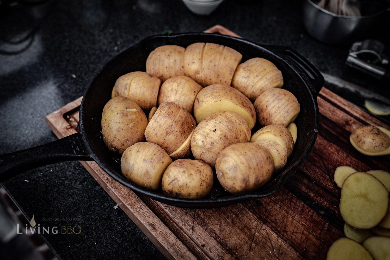Kartoffeln in die Pfanne setzen