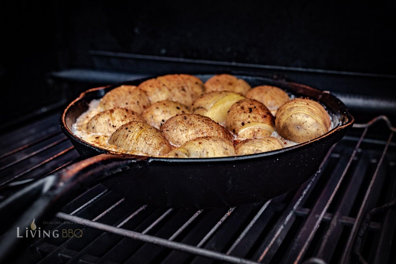 Kartoffeln in der Pfanne im Grill