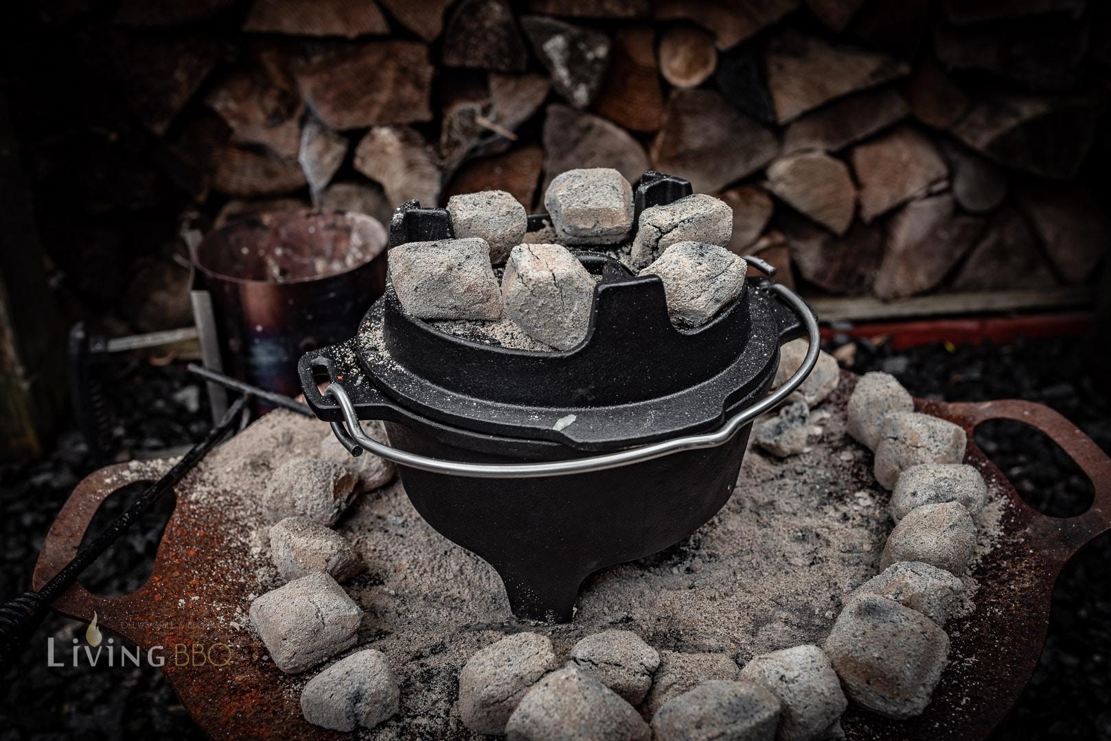 Kohlen auf den Dutch Oven legen