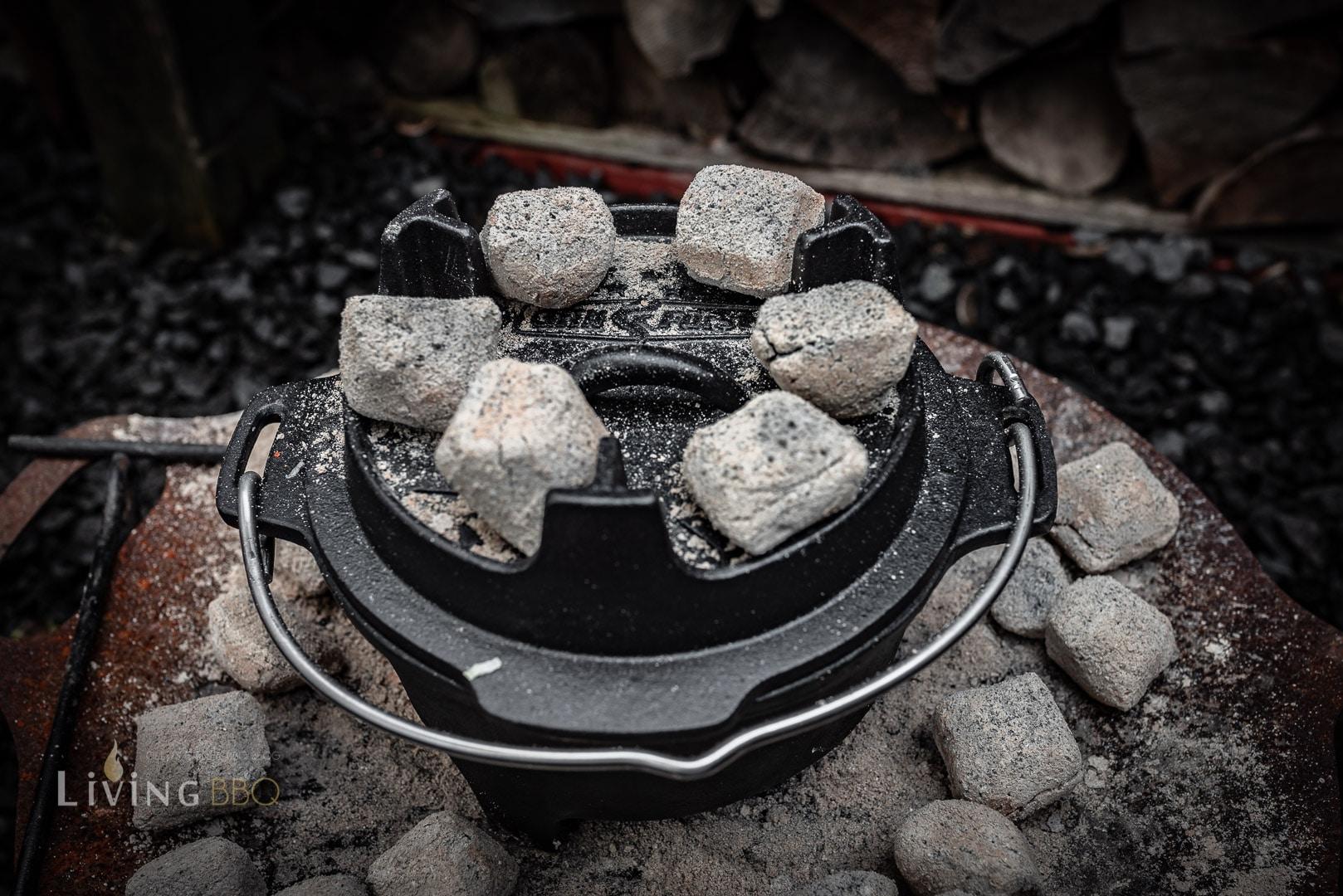 Dutch Oven mit Kohlen