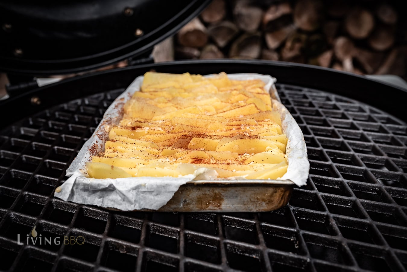 Blätterkartoffeln in den Grill stellen