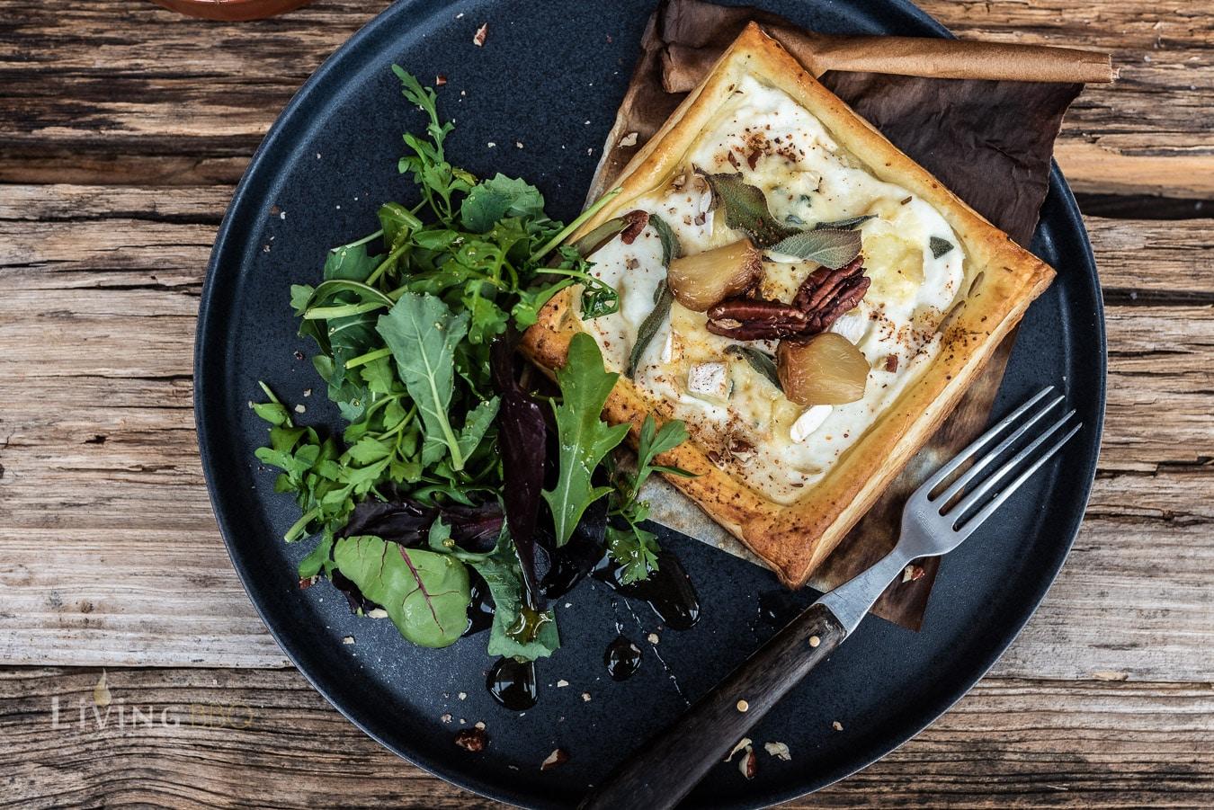 Tellerbild Blätterteig Tarte mit Ricotta, Salbei und Knoblauch