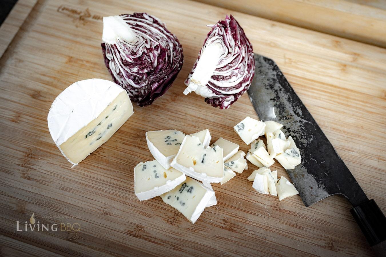 Salat und Käse vorbereiten