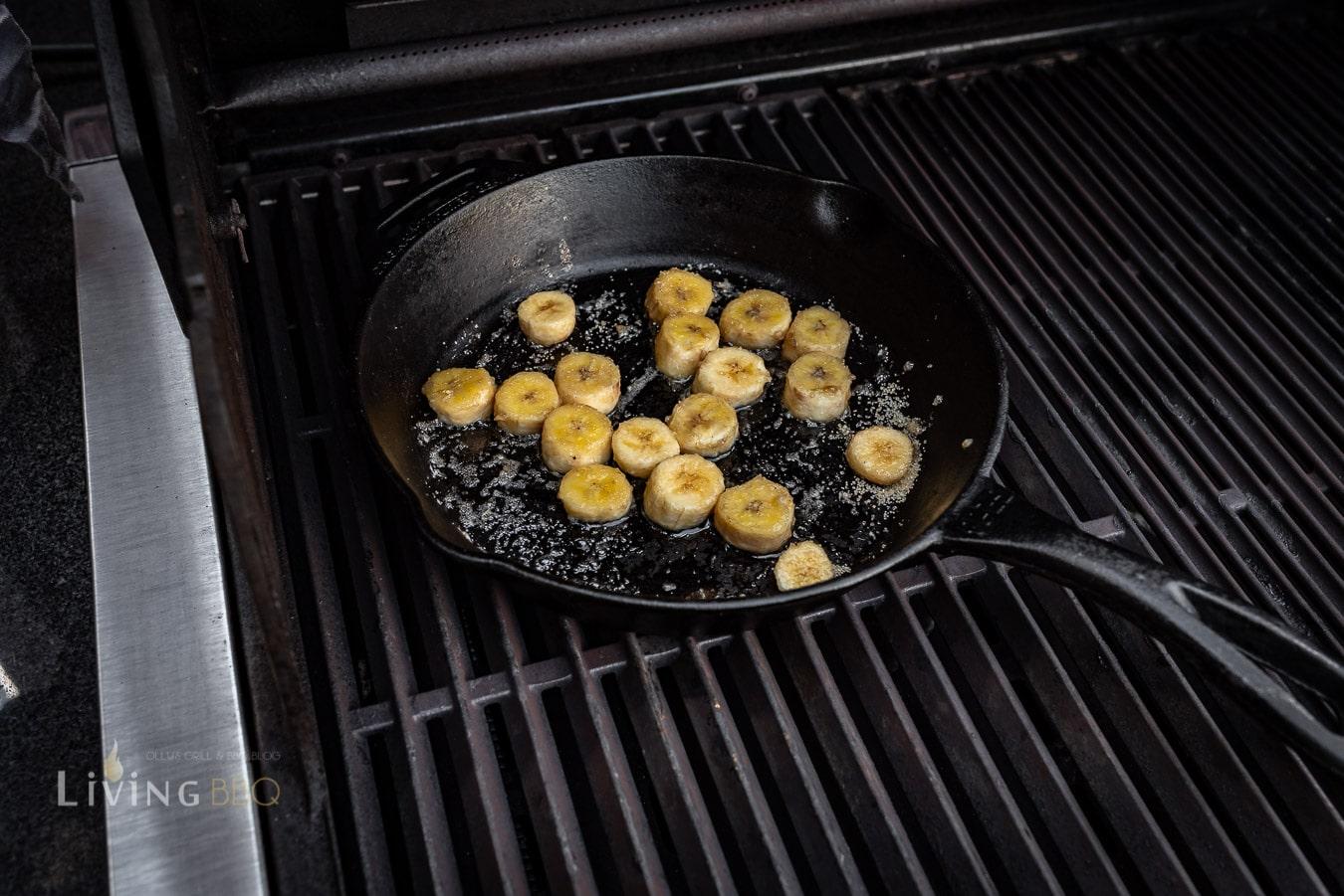Banane in der Pfanne karamellisieren
