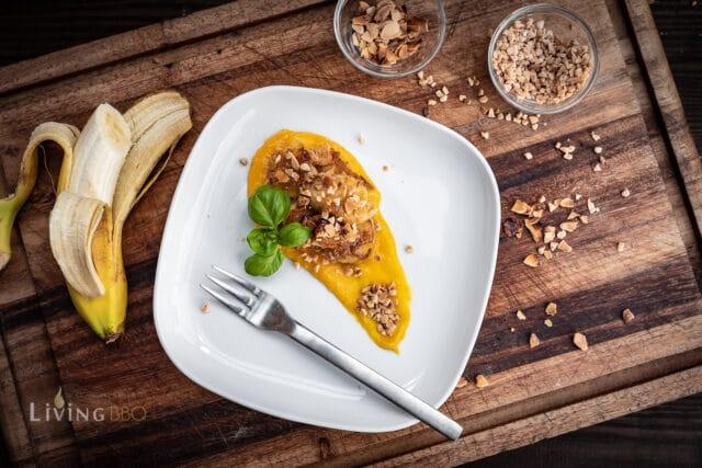 Gegrillte Banane mit Mandelkrokant