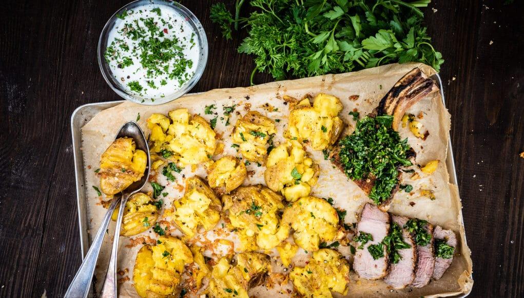 Smashed Potatoes mit Gremolata auf Schweinekotelett