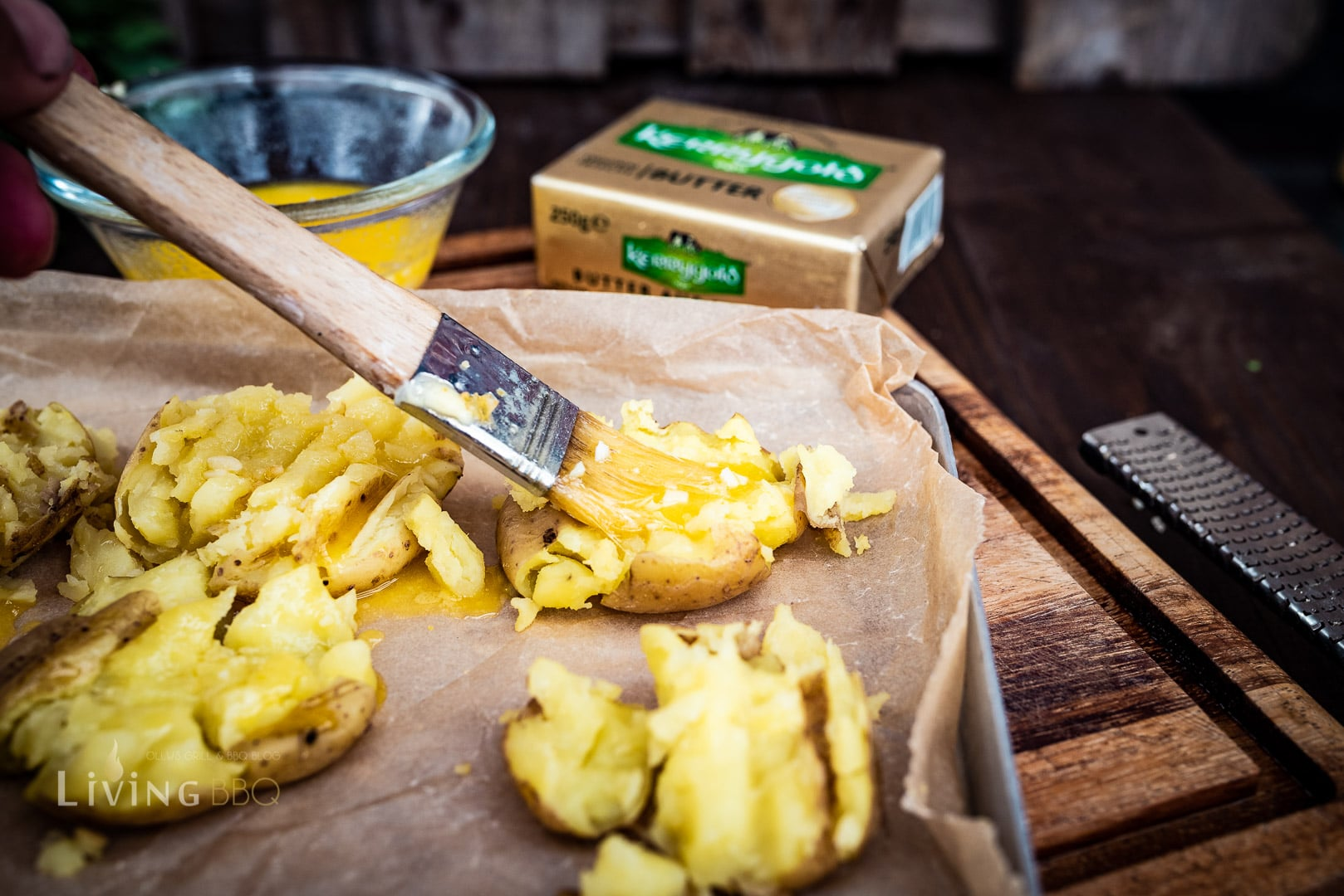 Smashed Potatoes mit Butter einstreichen