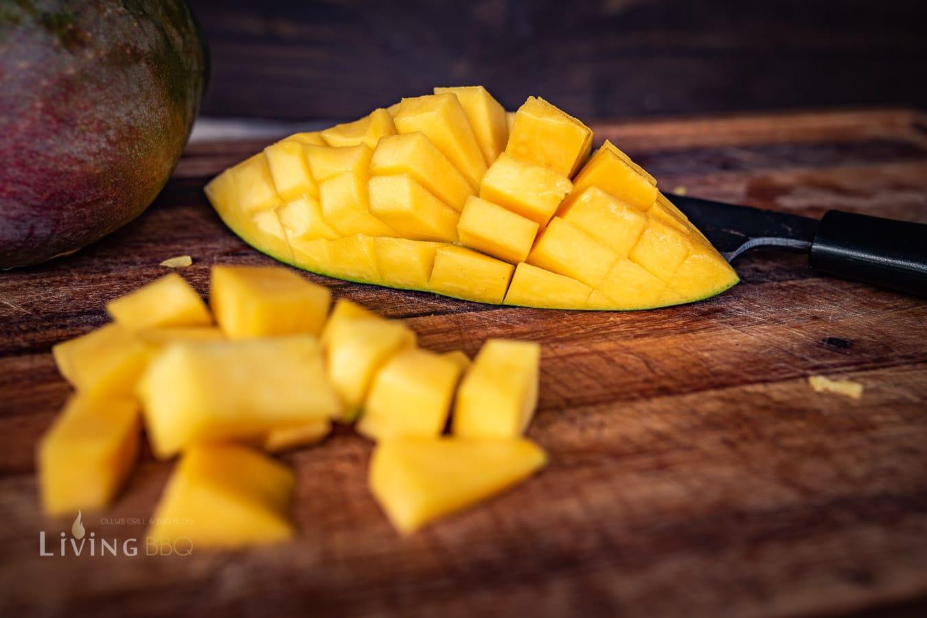 Mangowürfel schneiden