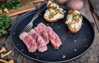 Backkartoffel mit Pfifferlingcreme und australischem Wagyu