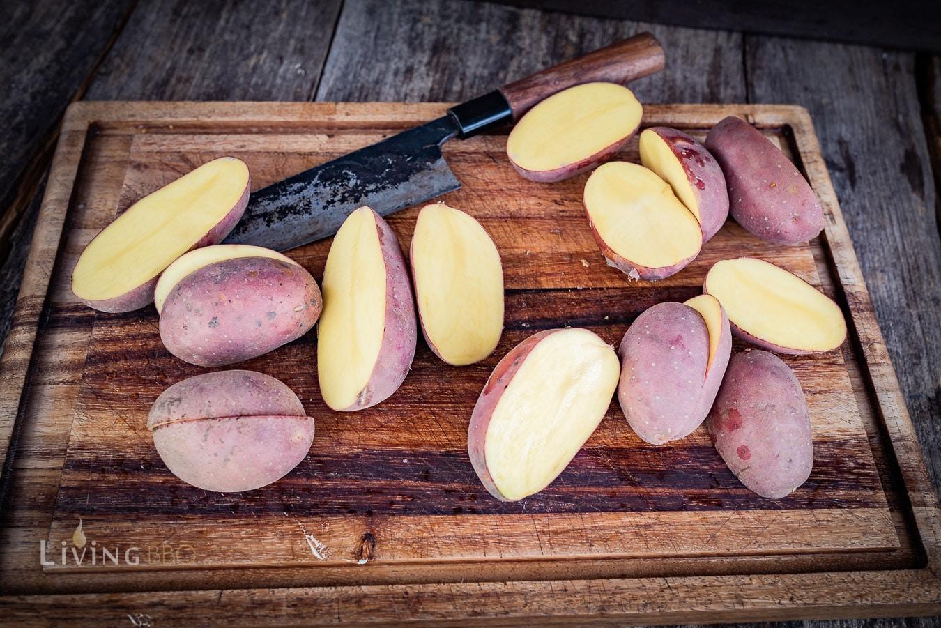 Kartoffeln waschen und halbieren