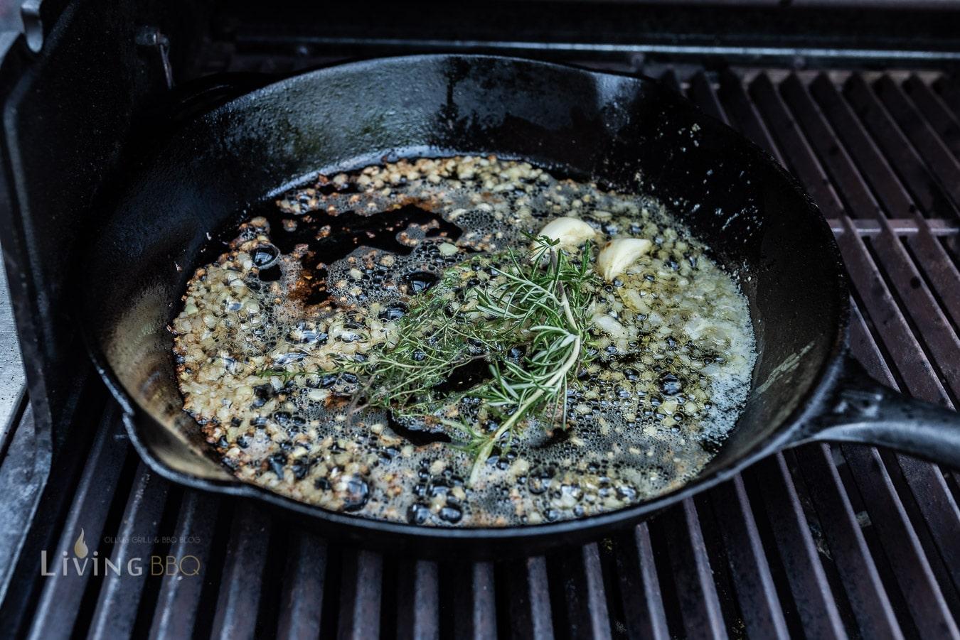 Butter und Kräuter in der Pfanne erhitzen