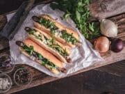 Bosna Hot Dog mit Kalbsbratwurst
