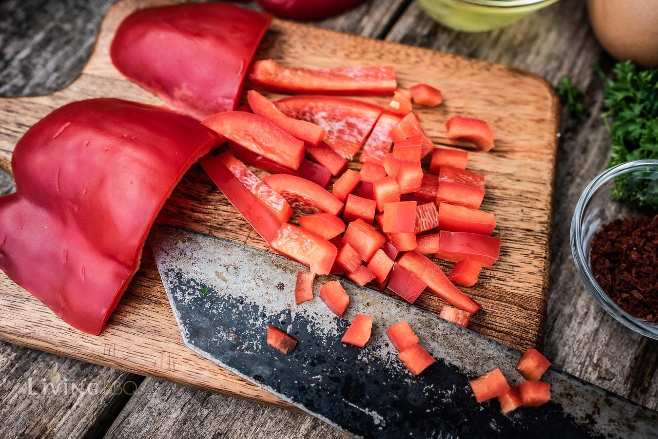 Paprika schneiden für Frühstücksmuffins