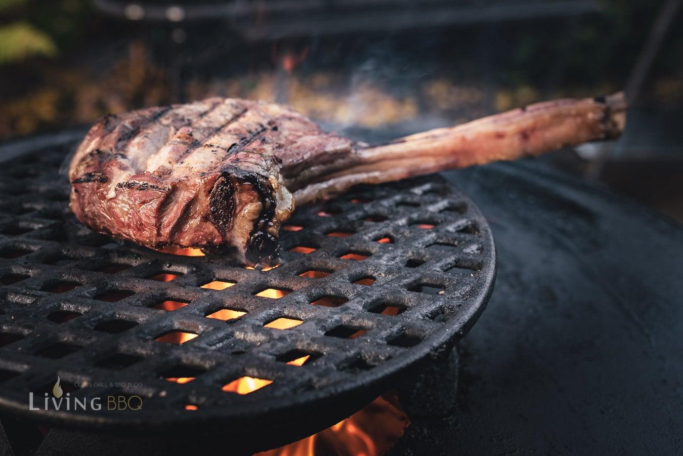 Kalbstomahawk Steak über direkter Hitze