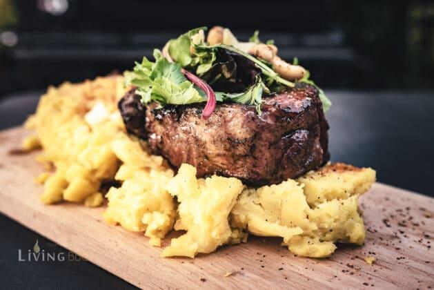 Kalbtomahawk Steak auf Apfel-Zwiebel-Püree