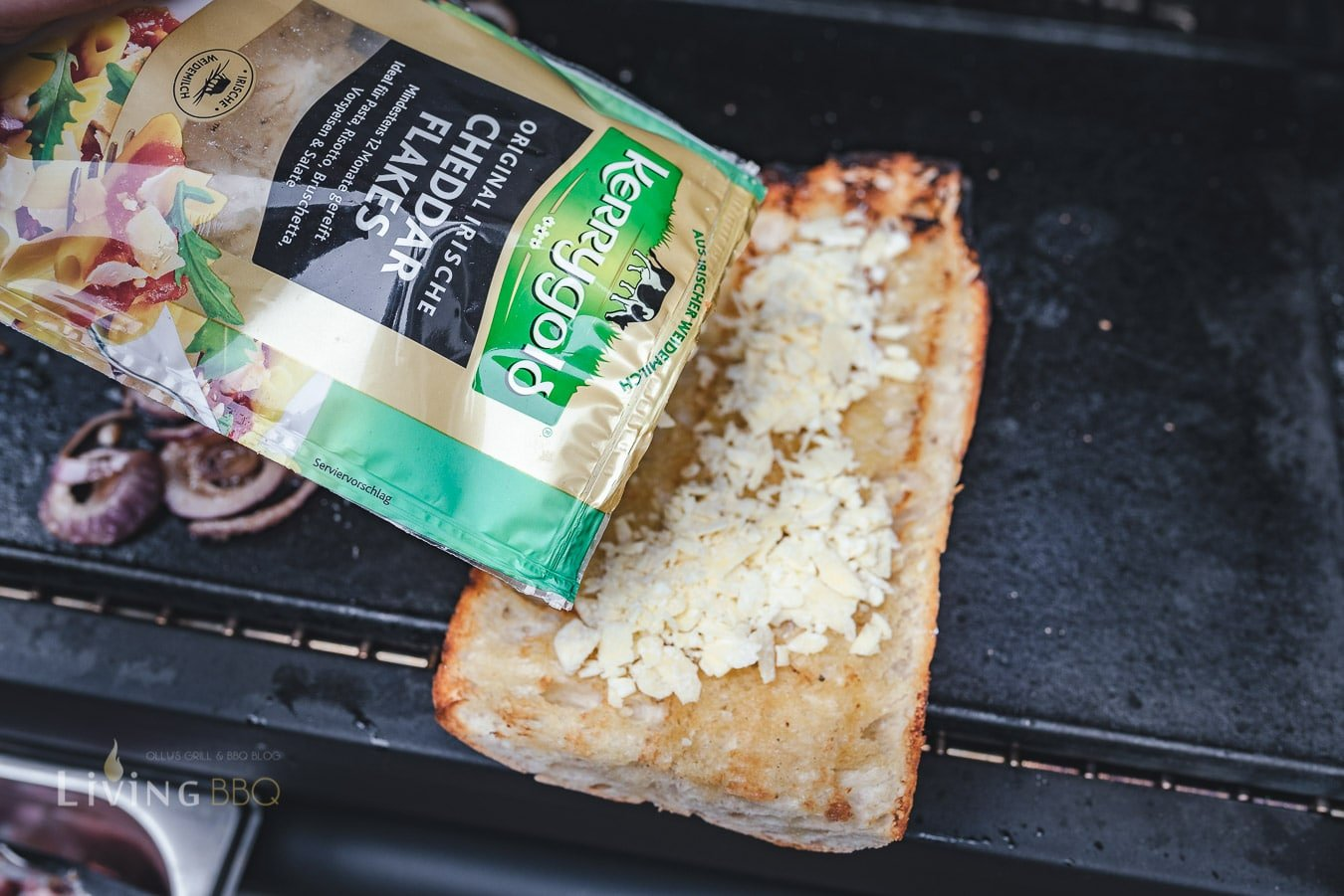 Chaddar Flakes auf das Brot geben
