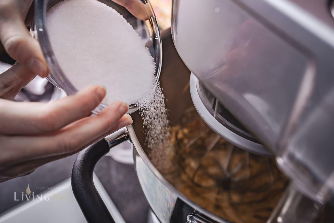 Zucker und Salz in den Erdnussbuter Keks Teig geben