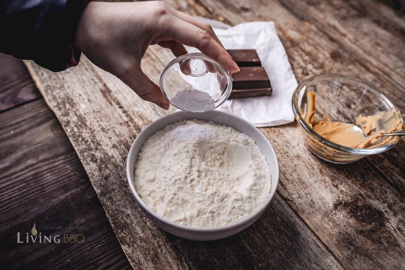 Mehl und Backpulver mischen