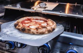 Pizza Margherita aus dem Gasgrill Pizzacover