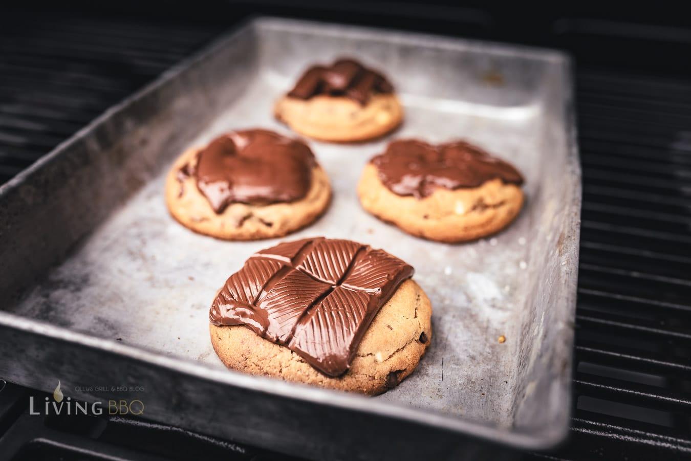 Grill Cookies mit Schokolade belegen